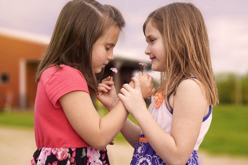 ¿Cómo puedo ayudar a mi hijo a desarrollar habilidades sociales?