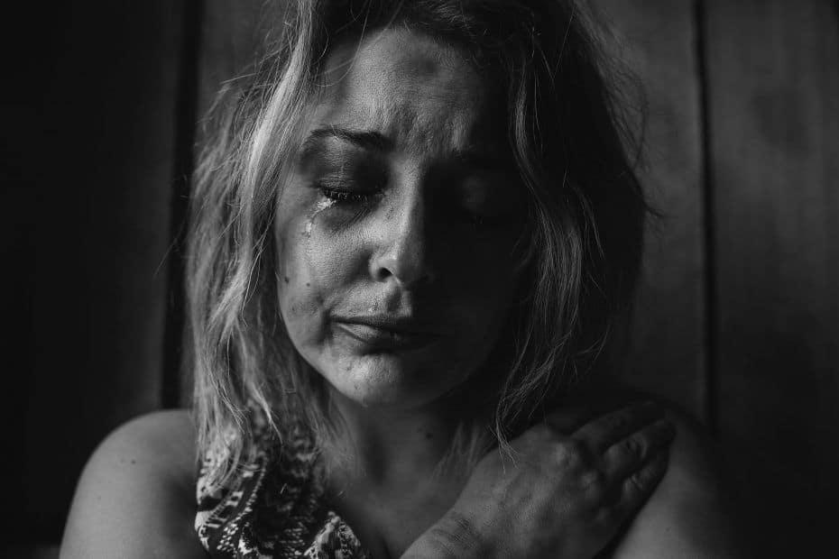 por qué una mujer maltratada continua en la relación